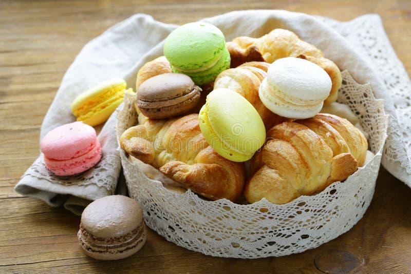 Cruasanes tradicionales y macarrones de los pasteles franceses imagenes de archivo