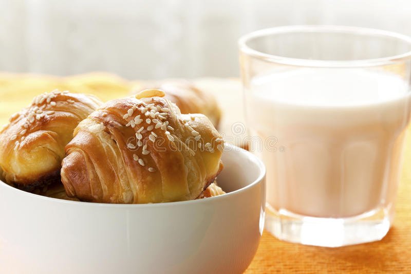 cruasanes y leche para el desayuno fotos de archivo