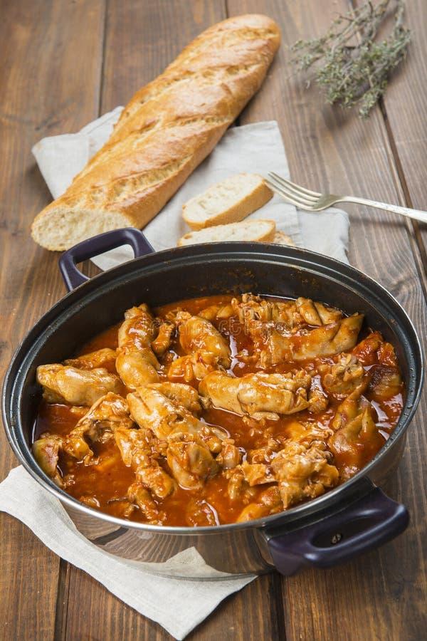 Crubeens avec la sauce tomate et le pain image stock