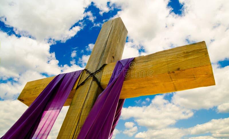 Cruce con púrpura cubren o marco para Pascua fotografía de archivo