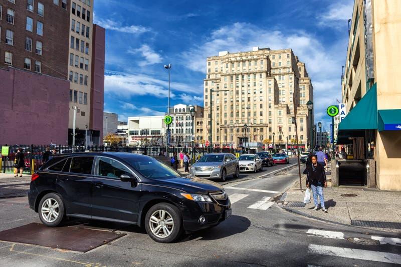 Cruce con tráfico en centro de ciudad de Philadelphia foto de archivo