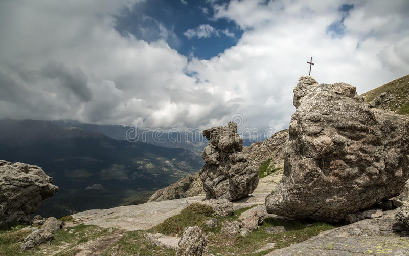 Cruce en roca cerca de Lac De Nino en Córcega imágenes de archivo libres de regalías