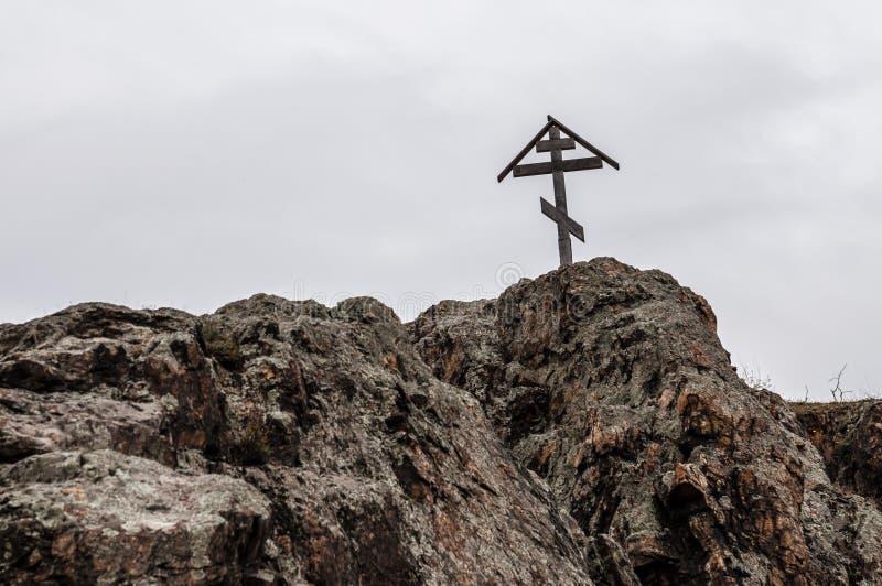 Cruce encima el cielo en una montaña, símbolo cristiano fotografía de archivo libre de regalías