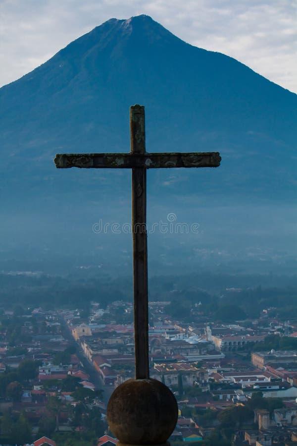 Cruce encima el volcán de oposición del Agua de Antigua Guatemala fotografía de archivo