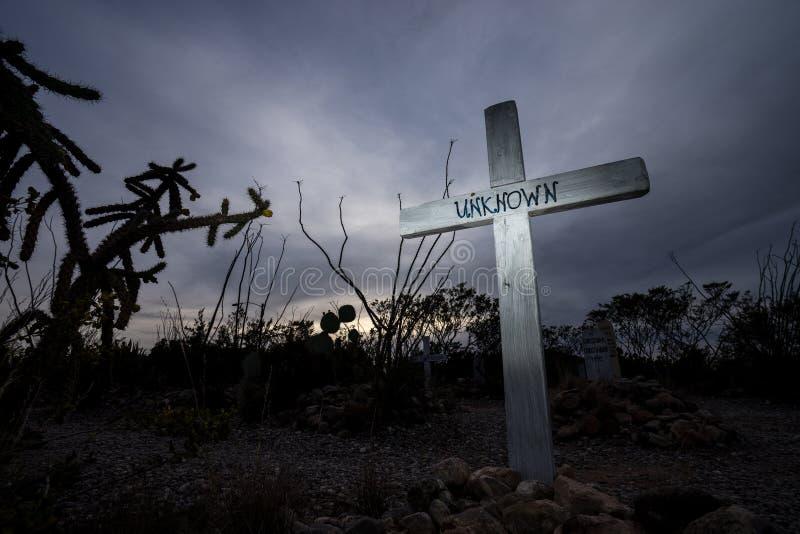 Cruce encima la tumba desconocida de la persona en la piedra sepulcral Arizona del boothill imagen de archivo libre de regalías