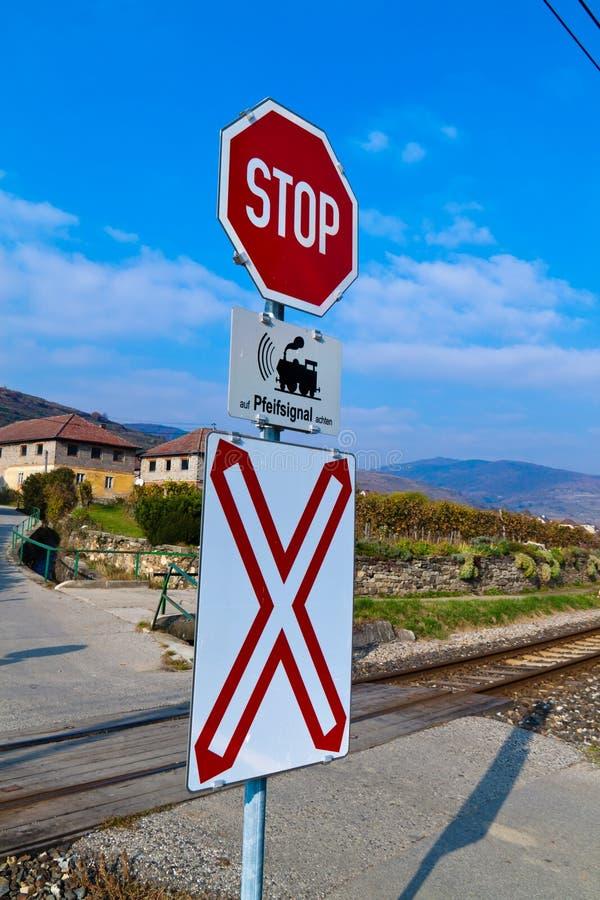 Cruce ferroviario sin barreras fotos de archivo libres de regalías