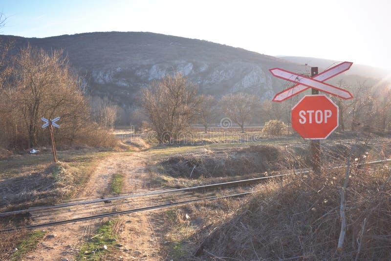 Cruce ferroviario sin una puerta imagenes de archivo