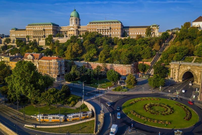 Cruce giratorio cuadrado de Budapest, Hungría - de Clark Adam desde arriba en la salida del sol con Buda Castle Royal Palace foto de archivo