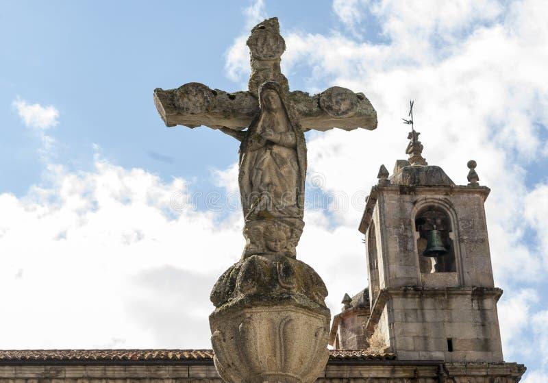Cruceiro van Heilige Mary en romanesque kerk stock foto's