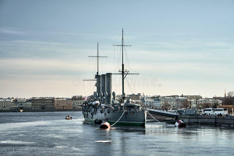 Crucero de Aurora Avrora en St Petersburg, Rusia Nave rusa del museo del crucero en St Petersburg fotos de archivo