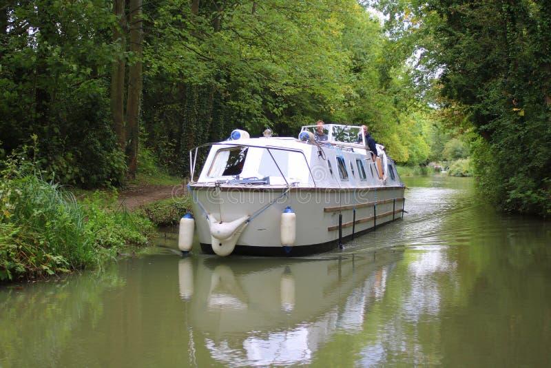 Crucero de cabina que cruza un canal en Inglaterra imágenes de archivo libres de regalías
