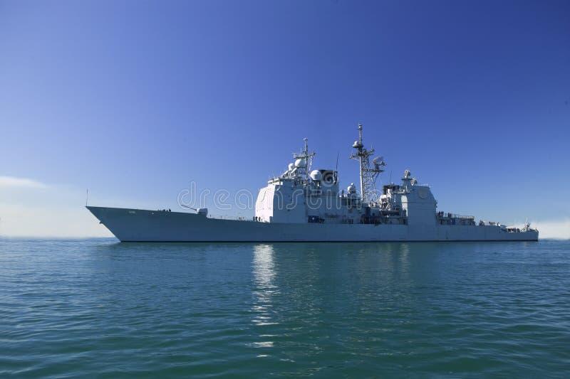 Crucero de la clase de Ticonderoga en el mar fotos de archivo libres de regalías