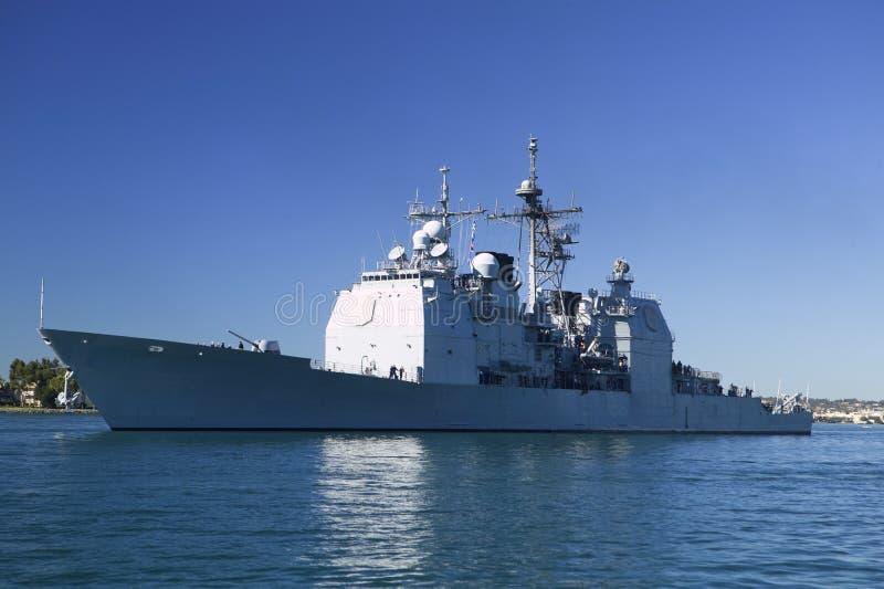 Crucero de la clase de Ticonderoga en el mar foto de archivo
