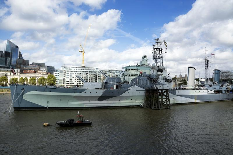 Crucero del HMS Belfast en el río Támesis en la ciudad de Londres en 19 En septiembre de 2018 Reino Unido fotografía de archivo