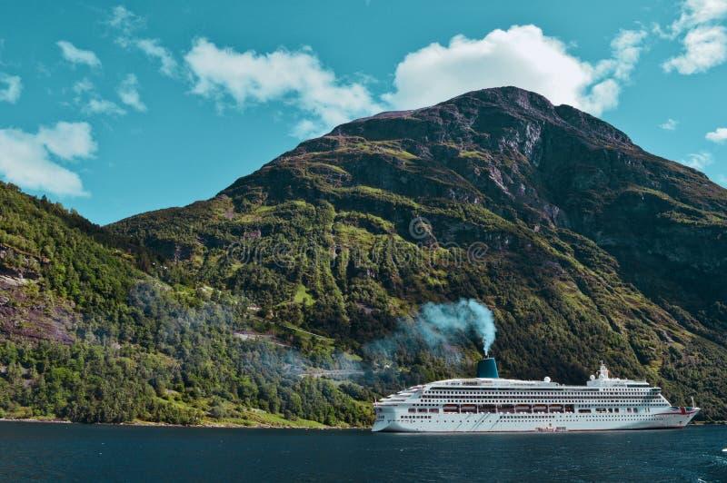 Crucero en el fiordo imagen de archivo