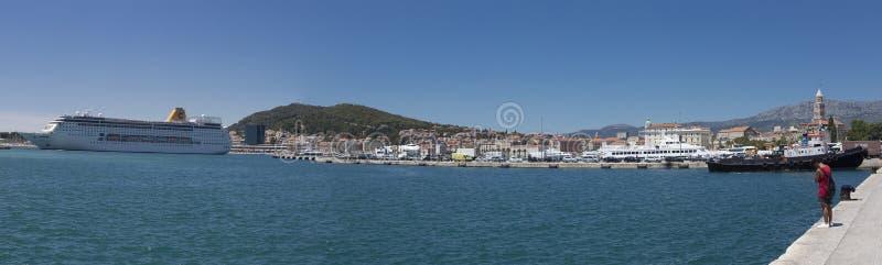 Crucero en el puerto de fractura, Croacia imagen de archivo