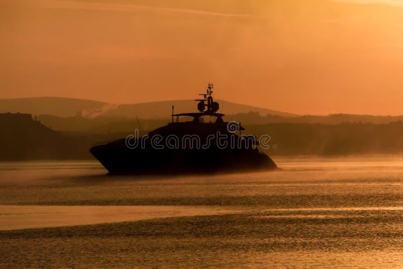 Crucero grande del motor silueteado en la niebla, sonido de Plymouth, Devon del sur imagenes de archivo