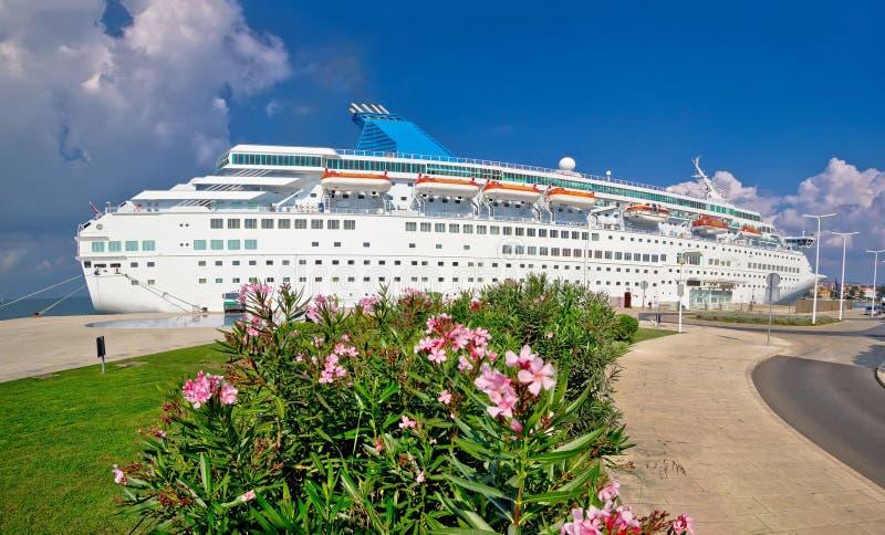 Crucero innomado atracado en la costa foto de archivo libre de regalías