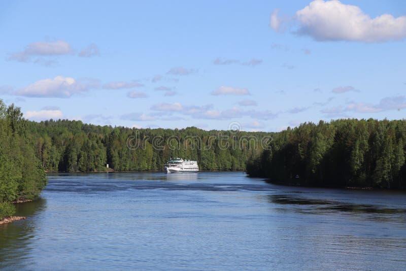 Cruceros por el río en Rusia Volga imagen de archivo libre de regalías