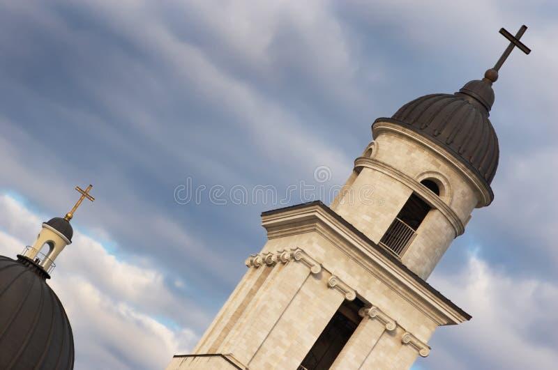 Cruces de la iglesia en los cielos oscuros b fotos de archivo