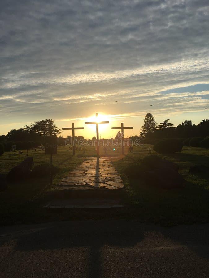 Cruces en la puesta del sol imagenes de archivo
