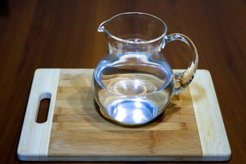 Cruche d'eau sur la table, plan rapproché images libres de droits