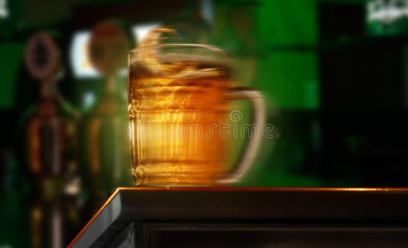 Cruche de bière au bar images libres de droits