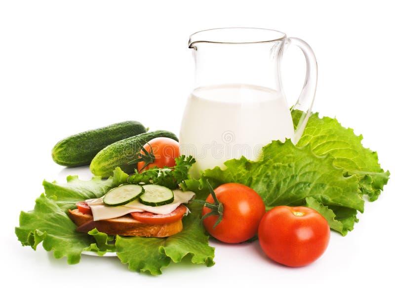 Cruche de lait et de légumes frais image libre de droits