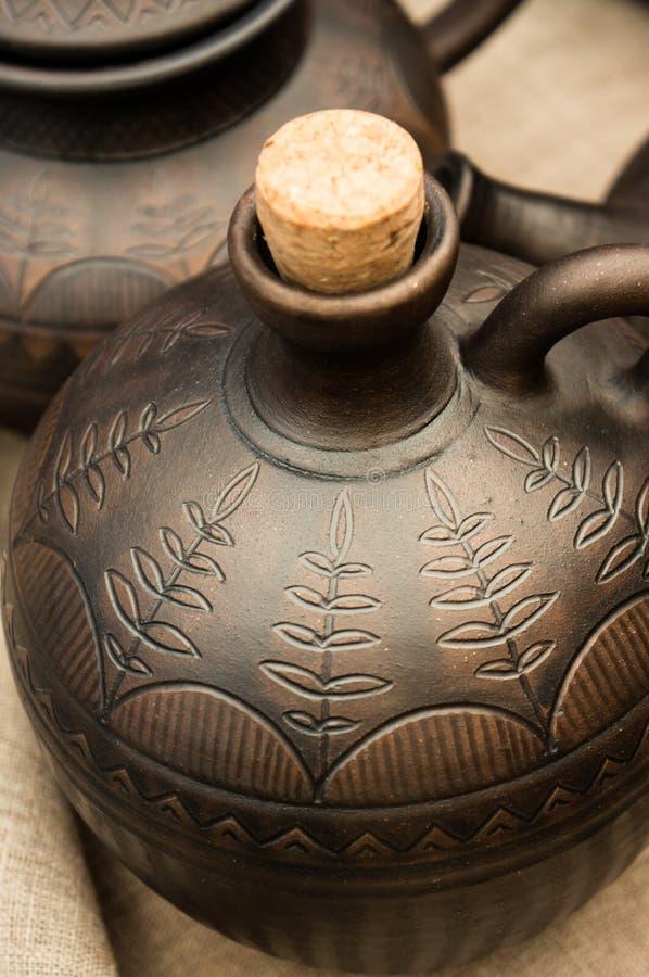 Cruche de poterie de terre avec un bouchon photographie stock