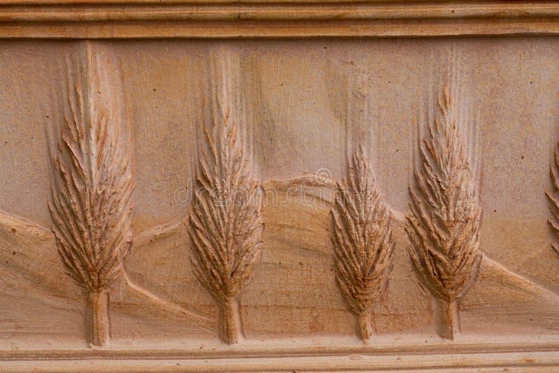 Cruche en céramique avec le motif des cyprès photo libre de droits