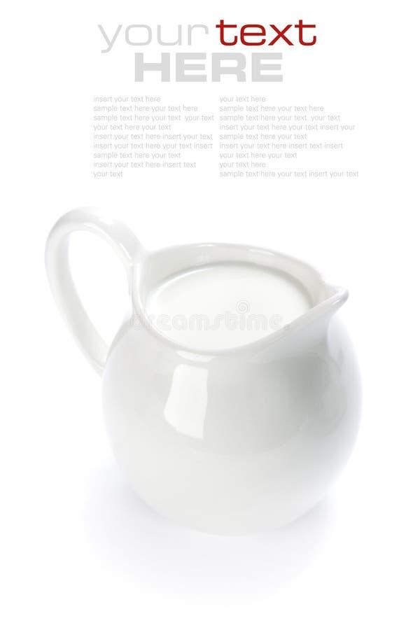 Cruche en céramique blanche avec du lait images stock