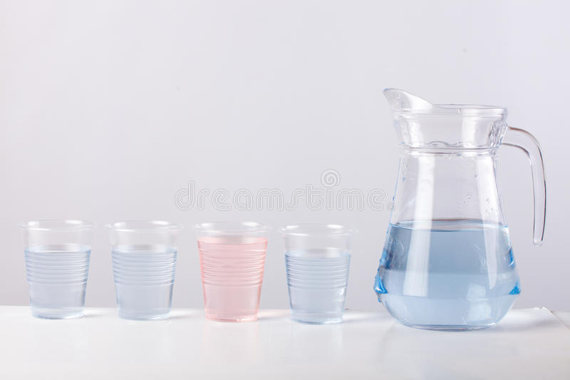 Cruche en verre avec de l'eau d'isolement sur le fond blanc photo libre de droits