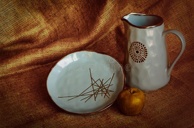 Cruche et plat d'argile Plats de glaçage bleus handicraft Compétence de poterie fond Semi-mat Foyer s?lectif Type rustique photos stock