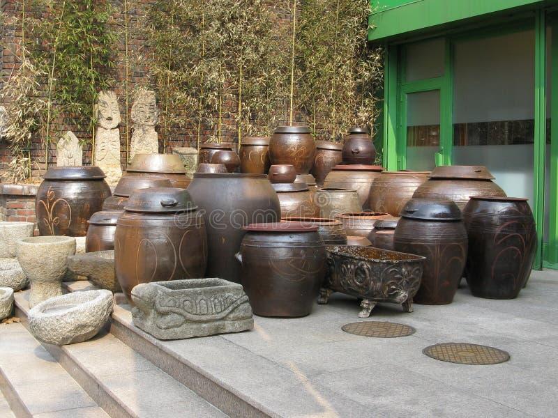 Cruches brunes en céramique images libres de droits