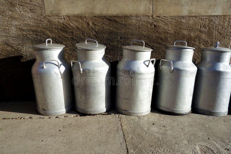 Cruches de lait en métal de style ancien photo libre de droits