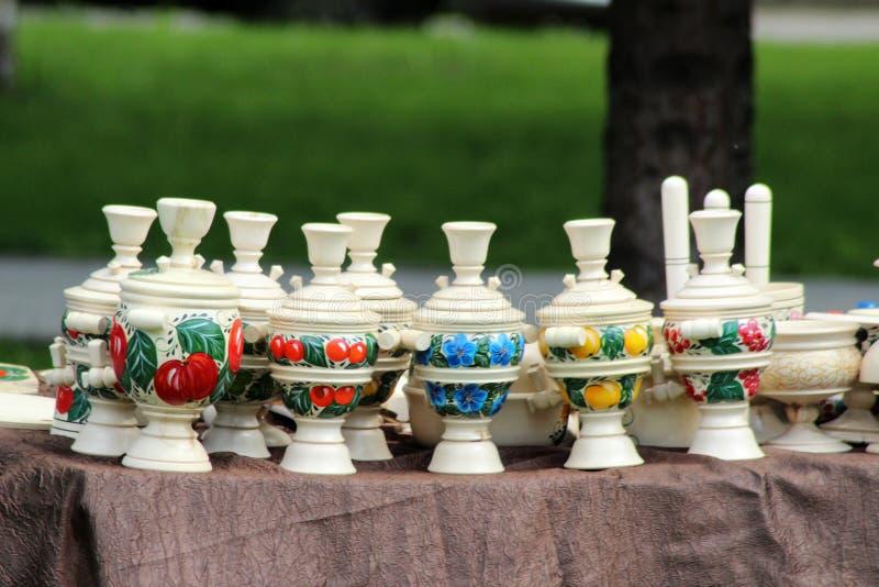 Cruches en bois faites main à la foire photographie stock libre de droits