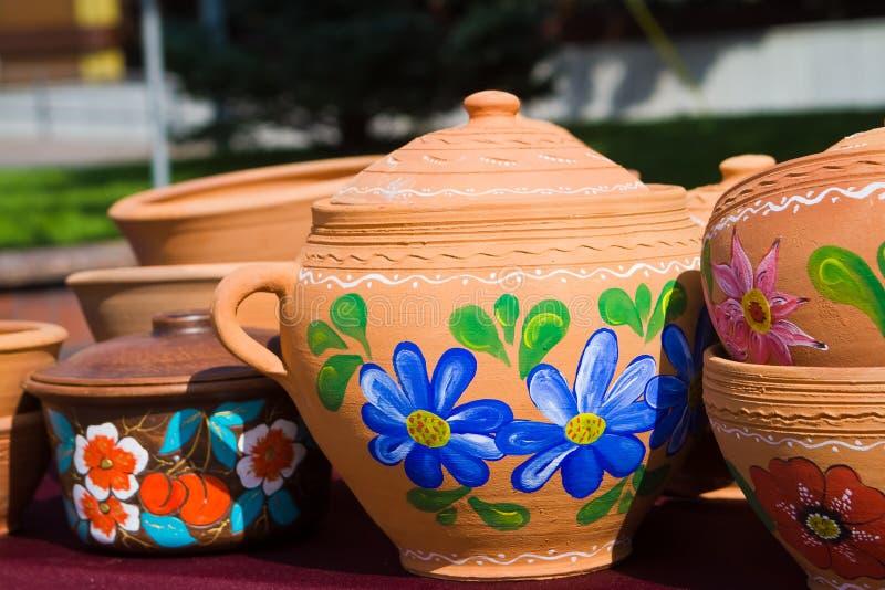 Cruches en céramique faites main et peintes à la main d'argile, pots avec des couvertures, modèles floraux lumineux photographie stock libre de droits