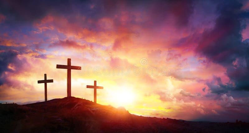 Crucificação de Jesus Christ At Sunrise - três cruzes fotografia de stock