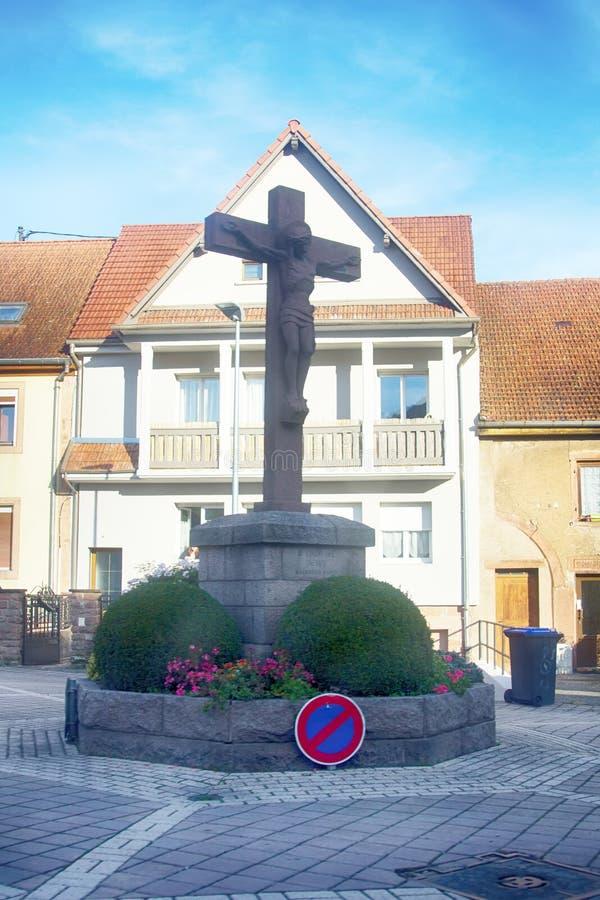 crucificação na praça da cidade fotos de stock