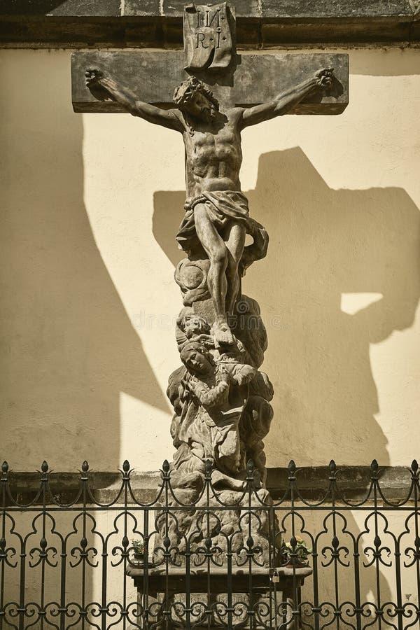 A crucificação perto da igreja foto de stock