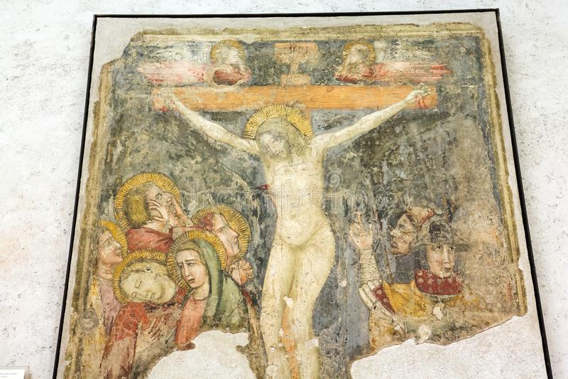 Crucificado, fresco en el museo de Castelvecchio Verona, imagen de archivo