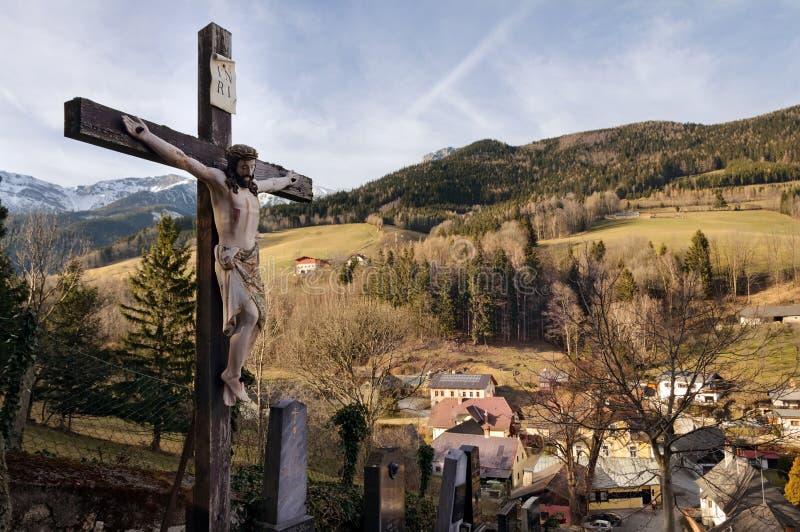 Crucifijo católico y cementerio viejo Prein en el Rax austria imagen de archivo