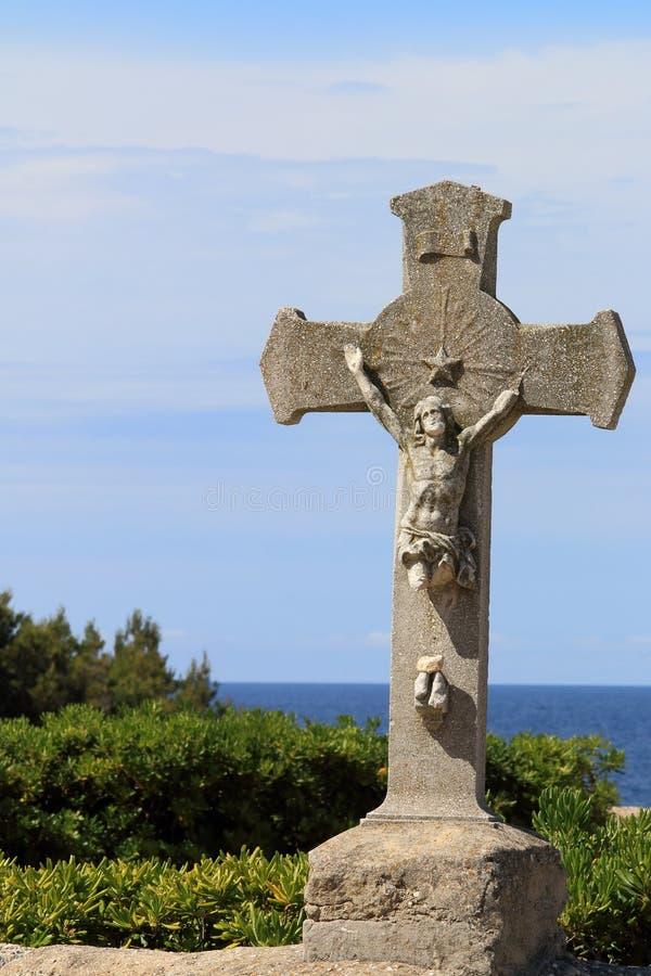 Crucifijo cerca del La Couronnede Chapelle de Sainte Croix à fotografía de archivo libre de regalías