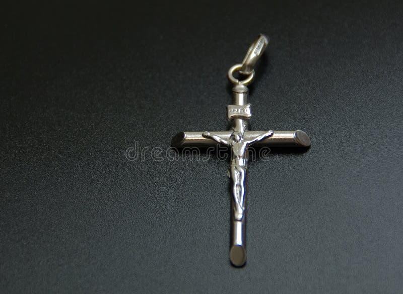 Crucifijo de plata fotos de archivo