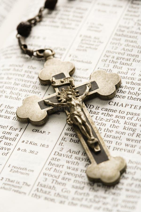 Crucifijo en la biblia. foto de archivo