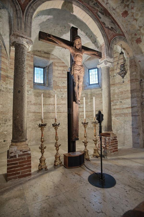 Crucifijo en la iglesia de San Fermo Maggiore fotografía de archivo