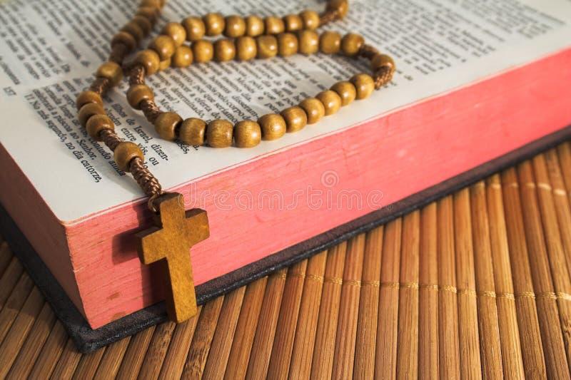 crucifix Βίβλων χαντρών rosaries στοκ εικόνα