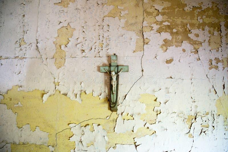 Crucifix, croix, Jésus, Chambre abandonnée images libres de droits