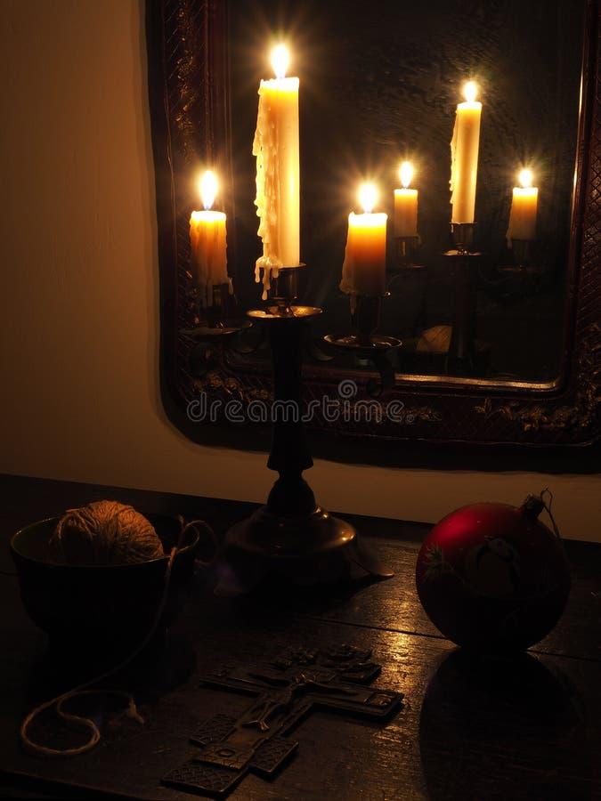 Crucifix et bougies dans l'obscurité image libre de droits