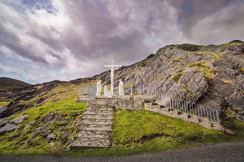 Crucifix et statues saintes en haut de Healy Pass image stock